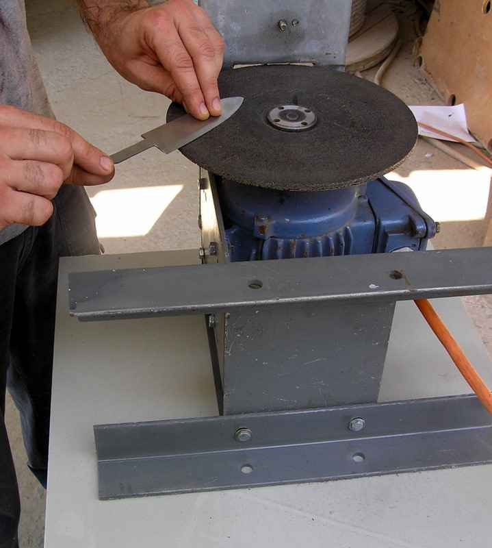 Приспособление для изготовления ножей